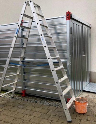 Aufstellen eines Leichtbau Containers mit Auffahrrampen für Gartengeräte 1